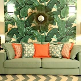 Яркие подушки на раскладном диване