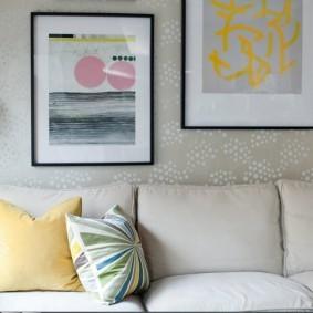 Картины на стене с виниловыми обоями