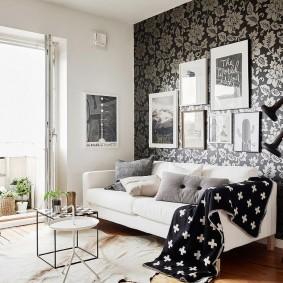 Белый диван в гостиной городской квартиры