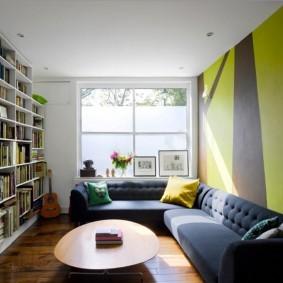 Книжные стеллажи высотой до потолка комнаты
