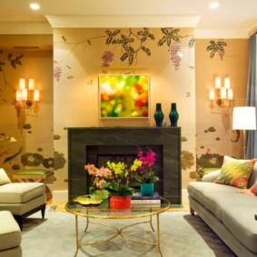Яркий рисунок на обоях в зале с камином