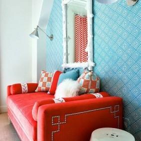 Красный диван в зале с голубыми обоями