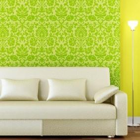 Зеленые обои за белым диваном