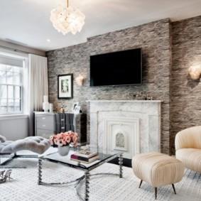 Телевизионная панель над камином в гостиной