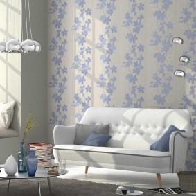 Естественное освещение зала с обоями светлого цвета