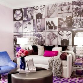 Интересные фотообои над гостиным диваном