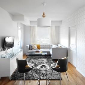 Серый ковер на полу небольшого зала