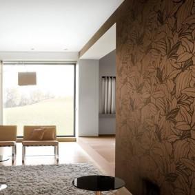 Растительный орнамент на коричневых обоях