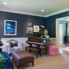 Синие обои в зале частного дома