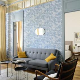 Голубые обои в комнате с высоким потолком