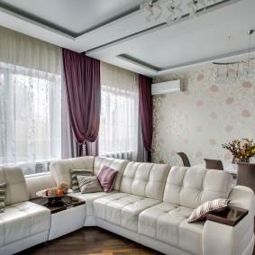 Фиолетовые шторы в зале с белым диваном