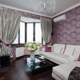 Фиолетовые обои на стене зала