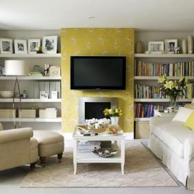 Встроенные полки в зале с желтыми обоями