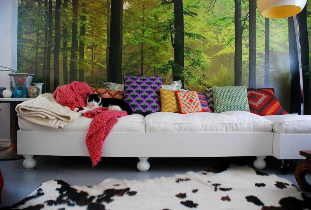 Фотообои на стене за диваном светлого цвета