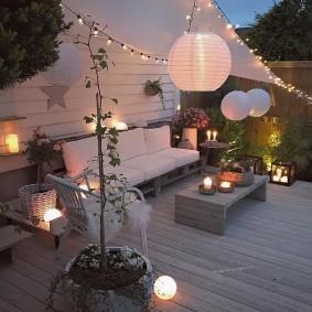 Садовые светильники из поликарбоната на площадке для отдыха