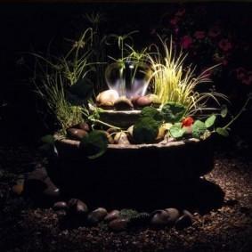 Садовый фонтанчик с декоративной подсветкой
