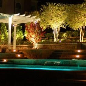 Деревянная пергола в ночном саду