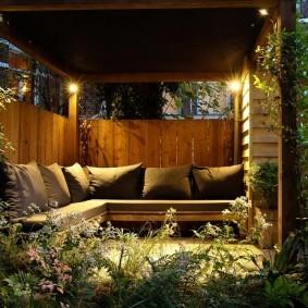 Освещение террасы с удобным диванчиком