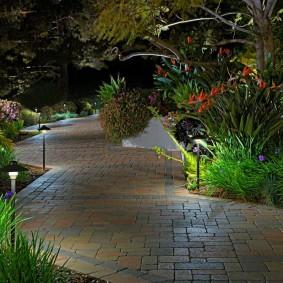 Недорогие светильники вдоль каменной тропинки