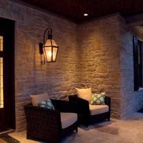 Настенный фонарик перед входом в дом