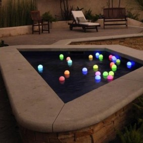 Плавающие светильники на поверхности воды
