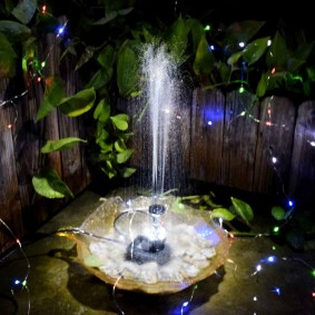 Небольшой фонтанчик с декоративным освещением
