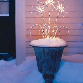 Светильник в форме фейерверка в садовом вазоне
