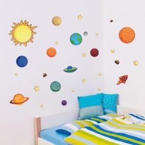 Аппликация из цветной бумаги на белой стене