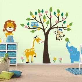 Животные из любимых мультфильмов на стене комнаты