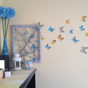 Нарисованные бабочки в детской комнате