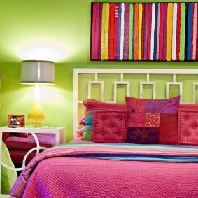 Зеленая стена за спинкой кровати