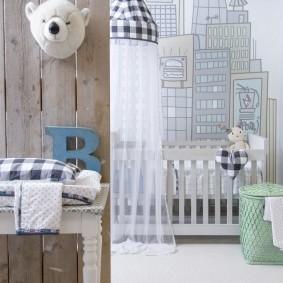 Нарисованные небоскребы за детской кроваткой