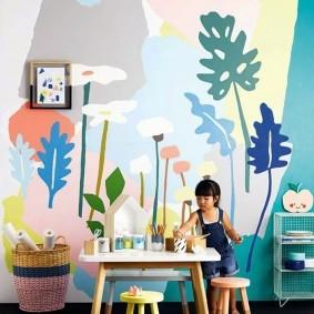 Декор стен в комнате юной художницы