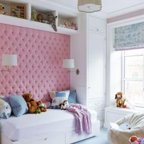 Розовая обивка на стене комнаты