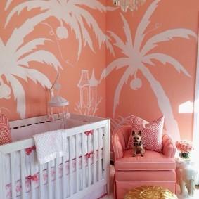 Изображения пальм на стене розового цвета
