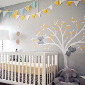 Кроватка белого цвета для маленького сына