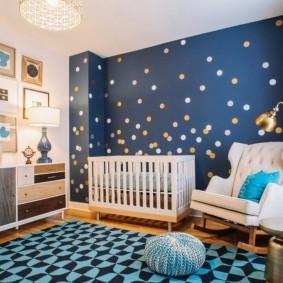 Синяя стена в светлой комнате