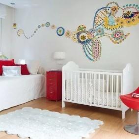 Белый коврик на полу в детской
