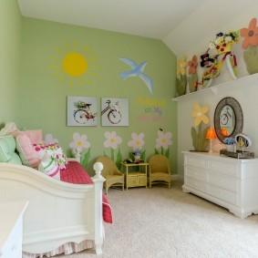 Уютная детская зона в общей комнате