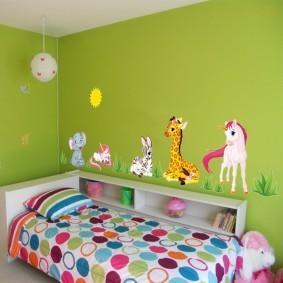 Детская кроватка возле стены зеленого цвета