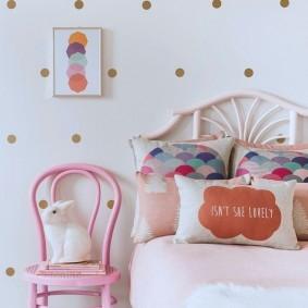 Окраска стены в детской акриловой краской