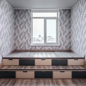 Подиум с функциональными ступенями в узкой комнате