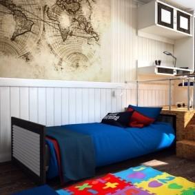 Синее одеяло на выдвижной кровати