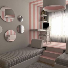 Полосатые стены в комнате девочки