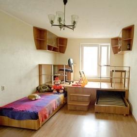 Подвесные полки под потолком в детской