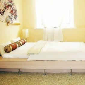 Низкая кровать в светлой комнате