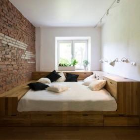 Встроенный подиум в узкой комнате