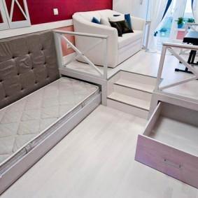 Выдвижная кровать с детским матрасом