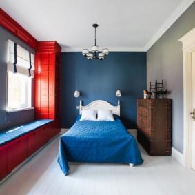 Синяя стена в спальне мальчика