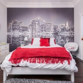 Красное покрывало на белой кровати